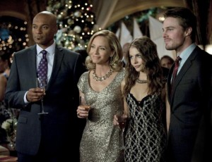 626px-Walter_Steele_Colin_Salmon_Moira_Queen_Susanna_Thompson_Thea_Queen_Willa_Holland_and_Oliver_Queen_Stephen_Amell
