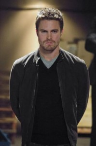 319px-Oliver_Queen_Stephen_Amell-25